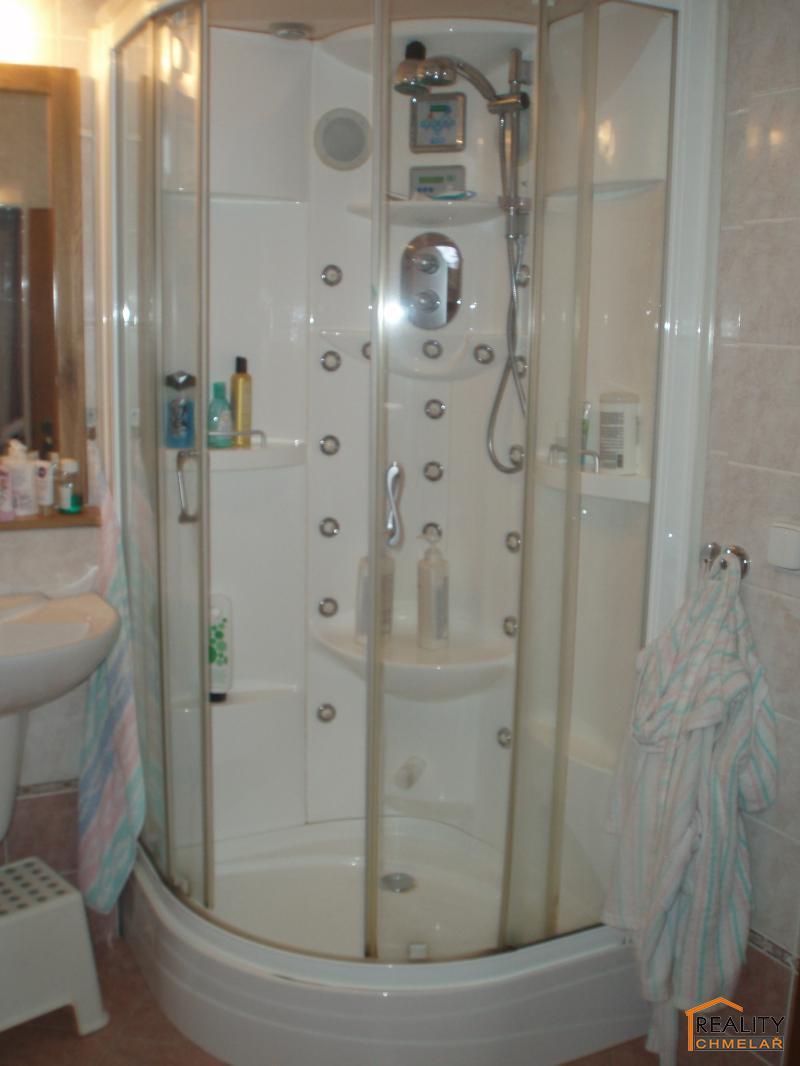 Sprchový kout s hydromasáží